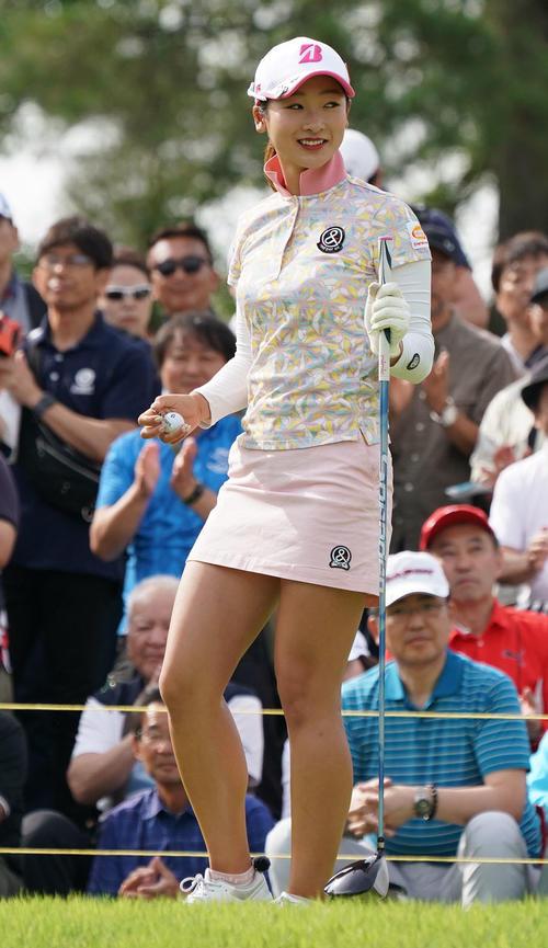 サントリーレディスオープンゴルフトーナメント2日目 10番ティーで笑顔を見せる松田鈴英(撮影・奥田泰也)