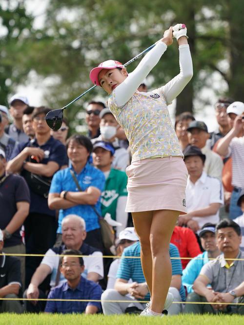 サントリーレディスオープンゴルフトーナメント2日目 10番ティーショットをする松田鈴英(撮影・奥田泰也)