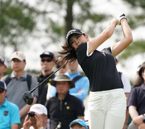 サントリーレディスオープンゴルフトーナメント2日目 10番ティーショットをする河本結(撮影・奥田泰也)