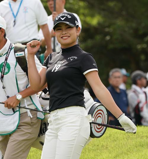サントリーレディスオープンゴルフトーナメント2日目 10番ティーショットを終えカメラ荷向かってポーズをする河本結(撮影・奥田泰也)