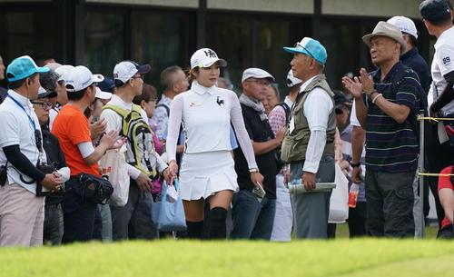 サントリーレディスオープンゴルフトーナメント2日目 10番ティーに向かうイ・ボミ(撮影・奥田泰也)