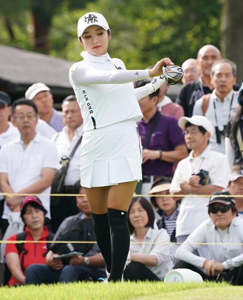 サントリーレディスオープンゴルフトーナメント2日目 10番でストレッチをするイ・ボミ(撮影・奥田泰也)