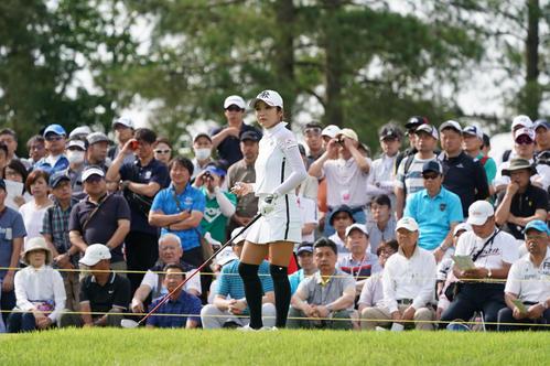 サントリーレディスオープンゴルフトーナメント2日目 10番フェアウエーを見るイ・ボミ(撮影・奥田泰也)