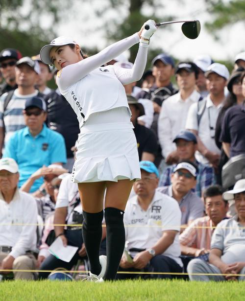 サントリーレディスオープンゴルフトーナメント2日目 10番ティーショットを放つイ・ボミ(撮影・奥田泰也)