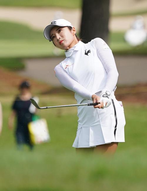 サントリーレディスオープンゴルフトーナメント2日目 12番アプローチをするイ・ボミ(撮影・奥田泰也)