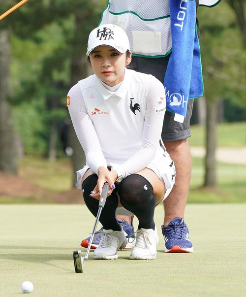 サントリーレディスオープンゴルフトーナメント2日目 12番ぱっとのラインを見るイ・ボミ(撮影・奥田泰也)