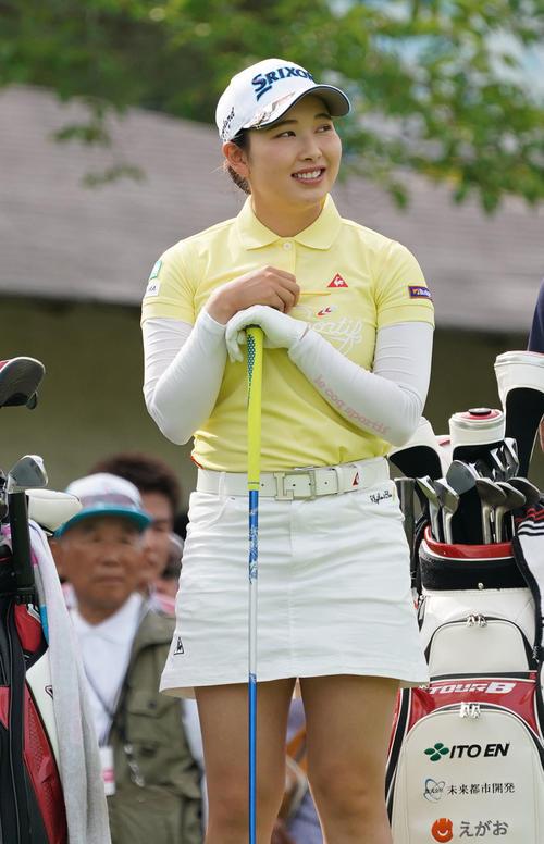 サントリーレディスオープンゴルフトーナメント2日目 10番ティーで笑顔を見せる小祝さくら(撮影・奥田泰也)