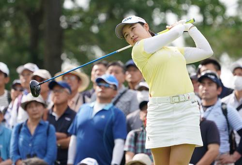 サントリーレディスオープンゴルフトーナメント2日目 10番ティーショットを放つ小祝さくら(撮影・奥田泰也)