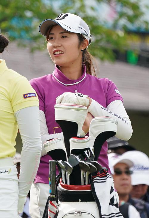 サントリーレディスオープンゴルフトーナメント2日目 10番ティーで笑顔を見せる大里桃子(撮影・奥田泰也)