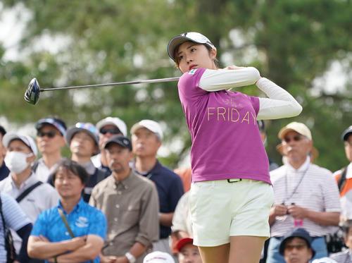 サントリーレディスオープンゴルフトーナメント2日目 10番ティーショットをする大里桃子(撮影・奥田泰也)