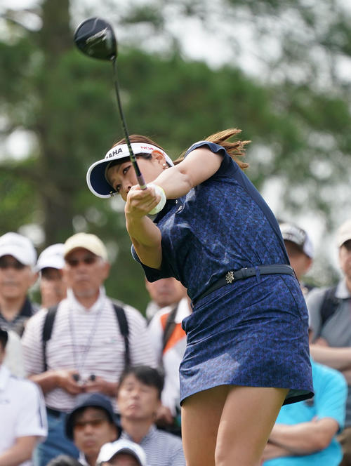 サントリーレディスオープンゴルフトーナメント2日目 10番ティーショットをする福田真未(撮影・奥田泰也)