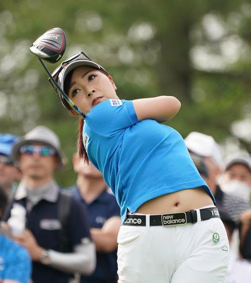 サントリーレディスオープンゴルフトーナメント2日目 10番ティーショットをする青木瀬令奈(撮影・奥田泰也)