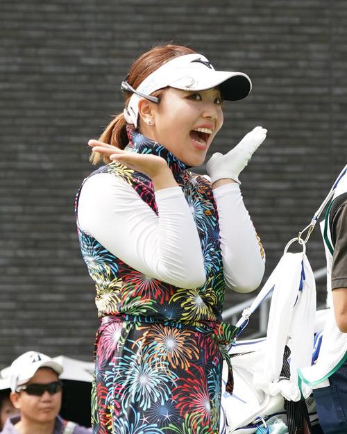 サントリーレディスオープンゴルフトーナメント2日目 12番ティーショットを終えた幡野夏生はカメラに向かいポーズ(撮影・奥田泰也)