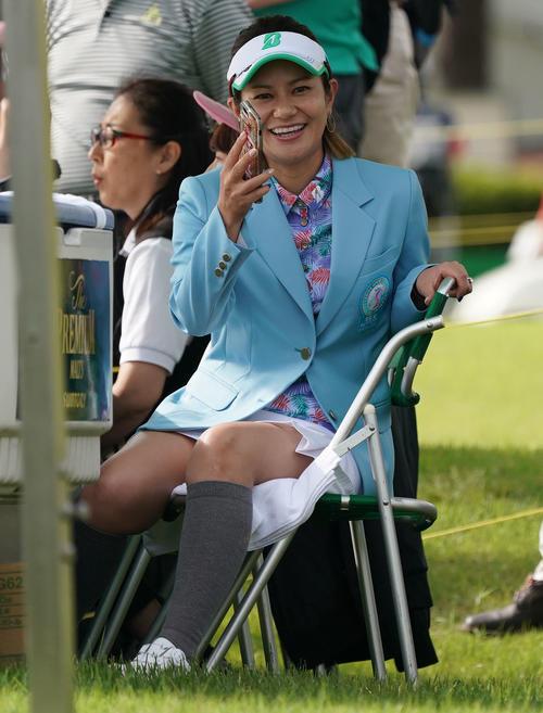 サントリーレディスオープンゴルフトーナメント2日目 10番笑顔で試合を観戦する宮里藍(撮影・奥田泰也)
