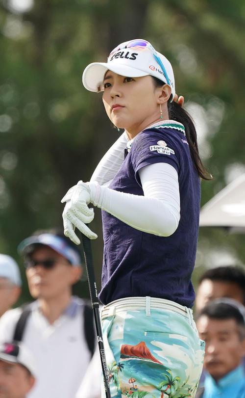 サントリーレディスオープンゴルフトーナメント2日目 10番フェアウエーを見るユン・チェヨン(撮影・奥田泰也)