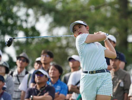 サントリーレディスオープンゴルフトーナメント2日目 10番ティーショットを放つ吉本ひかる(撮影・奥田泰也)