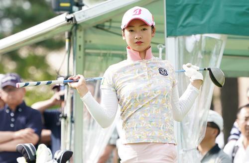サントリーレディスオープンゴルフトーナメント2日目 10番ティーでストレッチをする松田鈴英(撮影・奥田泰也)