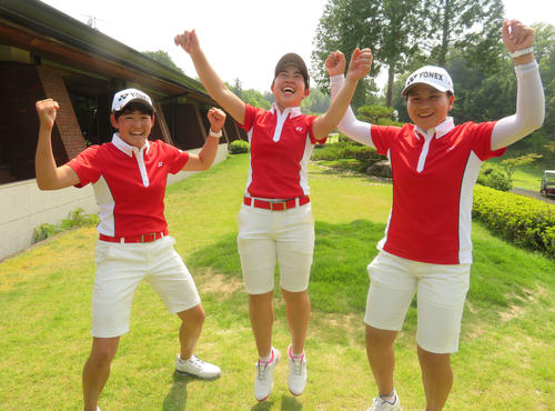 大会連覇を喜ぶ日本女子メンバー。左から岩井、山下、梶谷