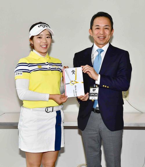 前日2日目にトーナメントコースレコードとなる63をマークした田中(左)がこの日のラウンド前に大会関係者から特別賞金10万円の贈呈を受けた(撮影・小沢裕)