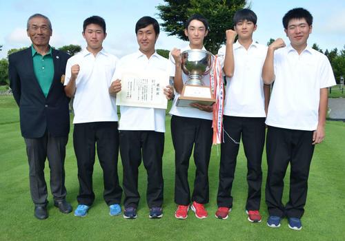 男子で初優勝した八戸工大一。左から吉田監督、加瀬谷、内海、工藤、中田、赤石(撮影・吉池彰)
