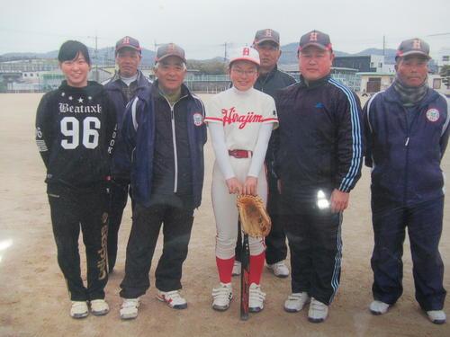 15年3月、渋野(左)は妹の暉璃子(きりこ)さん(中央)と記念写真に納まる。左から3人目は平島スポーツ少年団ソフトボールチームの岩道総監督