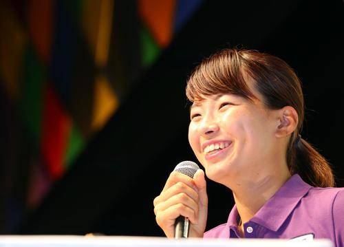 帰国会見で笑顔を見せる渋野(撮影・垰建太)
