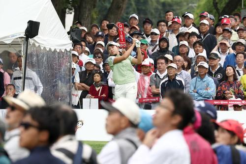 北海道meijiカップ 第2日目 10番で大勢のギャラリーが見つめる中、ティーショットを放つ渋野(撮影・黒川智章)