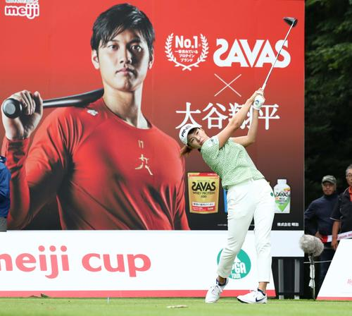 北海道meijiカップ 第2日目 15番、ティーショットを放つ渋野(撮影・黒川智章)
