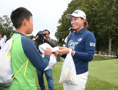 北海道meijiカップ 第2日目 ホールアウト後、子どもたちにサインする渋野(撮影・黒川智章)