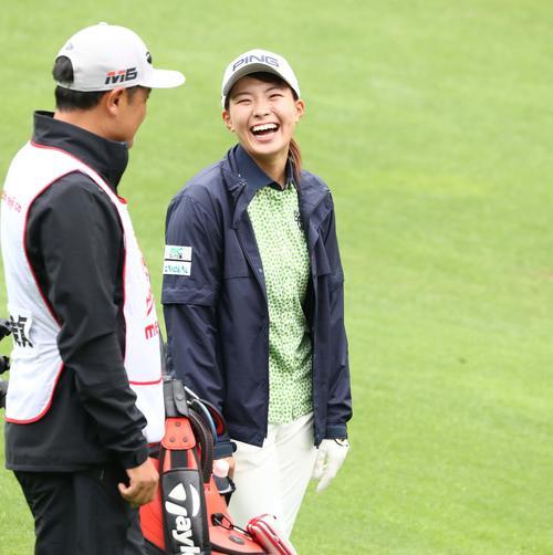 北海道meijiカップ 第2日目 6番、キャディーと笑顔で話す渋野(撮影・黒川智章)