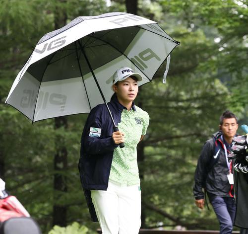 北海道meijiカップ 第2日目 8番、傘をさして歩く渋野(撮影・黒川智章)