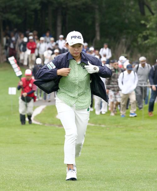 北海道meijiカップ 第2日目 3番、移動中に上着をはおる渋野(撮影・黒川智章)