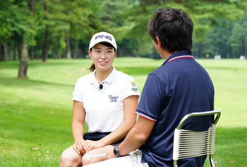 練習を終え、インタビューに答える渋野(撮影・加藤諒)
