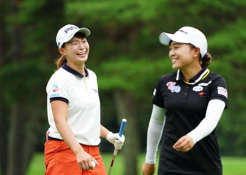 NEC軽井沢72トーナメント指定練習日 3番、小貫(右)と笑顔でコースを回る渋野(撮影・加藤諒)