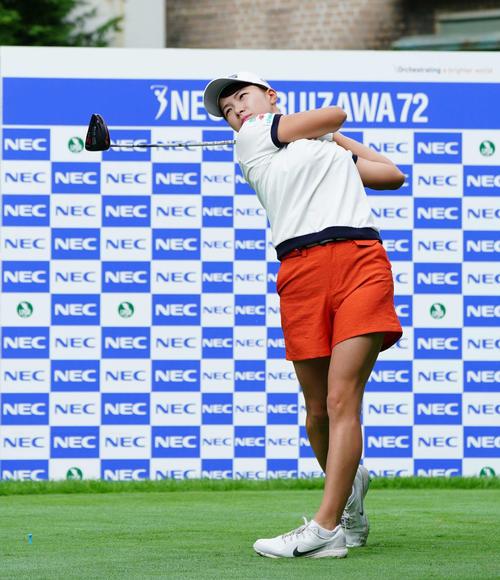 NEC軽井沢72トーナメント指定練習日 1番、ティーショットを放つ渋野(撮影・加藤諒)