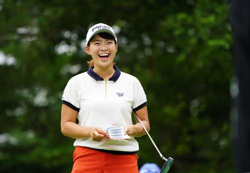 NEC軽井沢72トーナメント指定練習日 6番、グリーンで笑顔を見せる渋野(撮影・加藤諒)