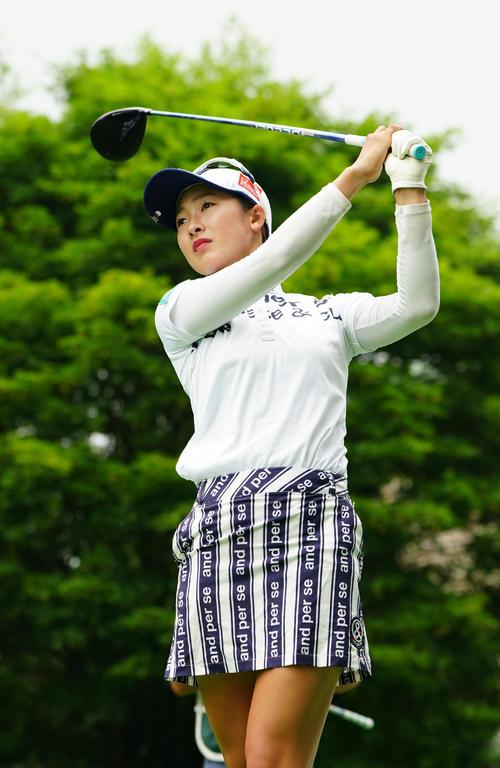 NEC軽井沢72トーナメントプロアマ大会 1番、ティーショットを放つ松田(撮影・加藤諒)