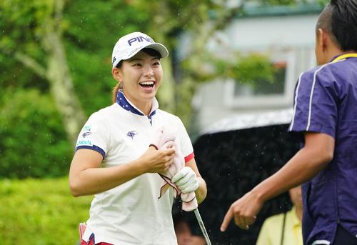NEC軽井沢72トーナメントプロアマ大会 1番、関係者を見つけて笑顔を見せる渋野(撮影・加藤諒)