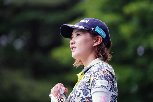 NEC軽井沢72トーナメントプロアマ大会 1番、参加者のティーショットを見つめる永井(撮影・加藤諒)