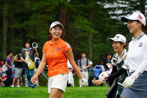 6番、ティーショットを放ち、同組の松田(右)と笑顔でコースを歩く渋野(撮影・加藤諒)