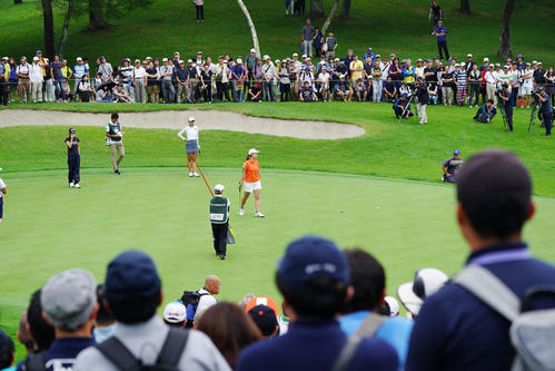 8番、渋野(中央)は大観衆の前でパーパットを外して肩を落とす(撮影・加藤諒)