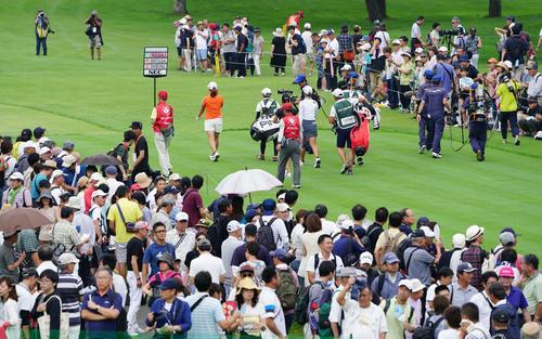 10番、大観衆が見つめる中、コースに出る渋野(左)ら(撮影・加藤諒)