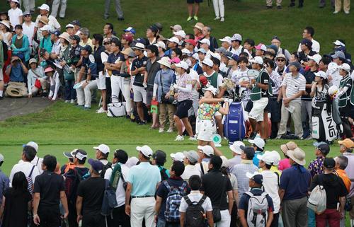 6番、大観衆がティーイングエリアを取り囲む中、ティーショットを放つ渋野(撮影・加藤諒)