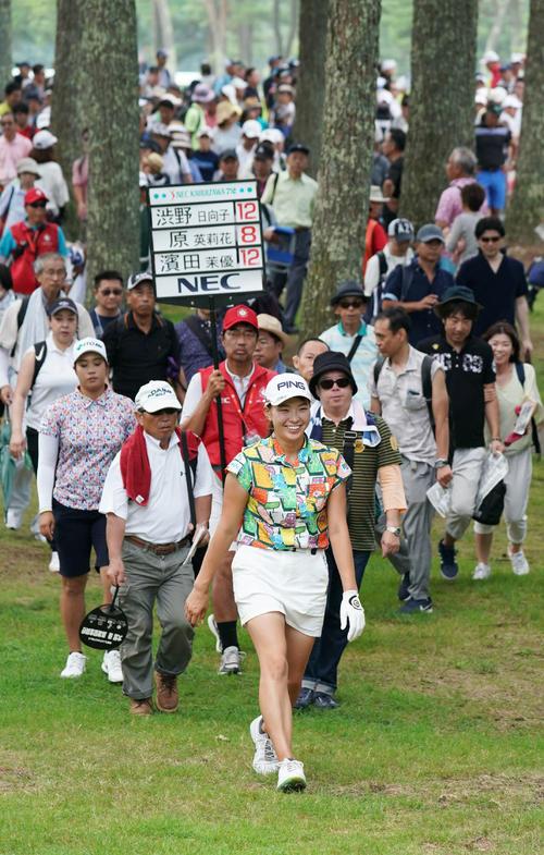 大観衆を引き連れて13番へ移動する渋野ら最終組の選手たち(撮影・加藤諒)