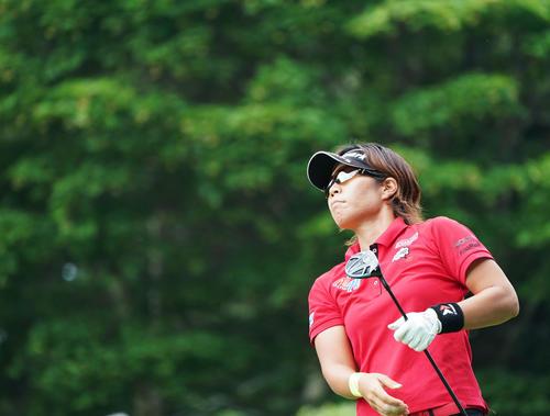 1番、ティーショットを放ち、打球を見つめる穴井(撮影・加藤諒)