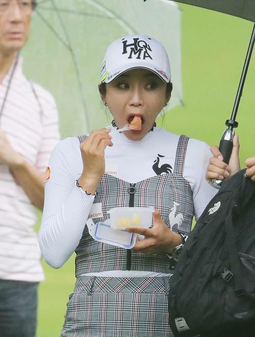 17番、ティーショットを放つ前、フルーツを食べるイ・ボミ(撮影・鈴木正人)