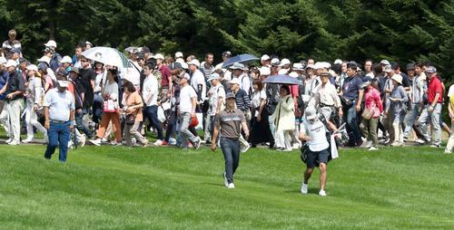 セガサミーカップ2019 第3日目 2番、大勢のギャラリーを引き連れグリーンに向かう石川(撮影・黒川智章)