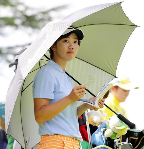 2番ティーを日傘を差して待つ葭葉(撮影・浅見桂子)
