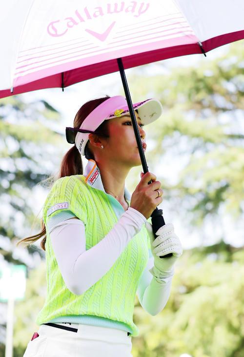 2番ティーショット後、傘を差して歩き出す金田(撮影・浅見桂子)