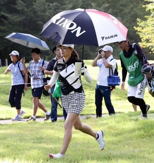 2番ティーショット後、小走りにグリーンに向かう新垣(撮影・浅見桂子)